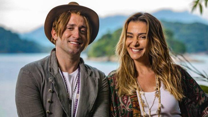 Paulo Gustavo e Monica Martelli posados sorridentes