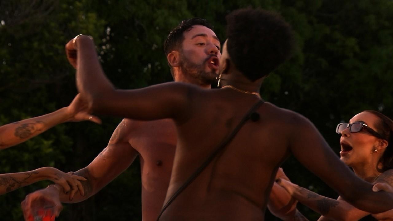 Rico e Matheus brigando e sendo separados pelos outros participantes do De Férias com o Ex