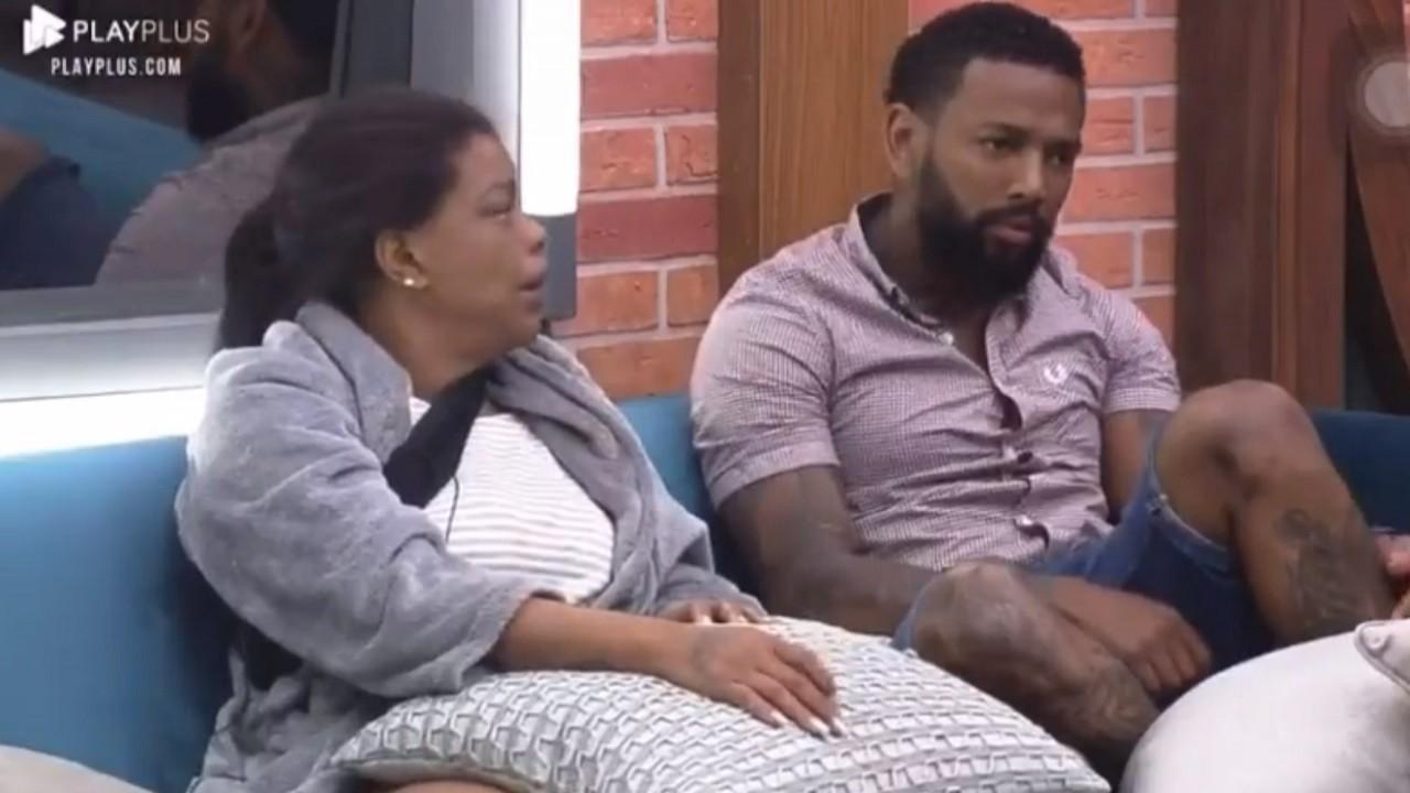 Tati Quebra-Barraco e Nego do Borel sentado no sofá da sede de A Fazenda 13