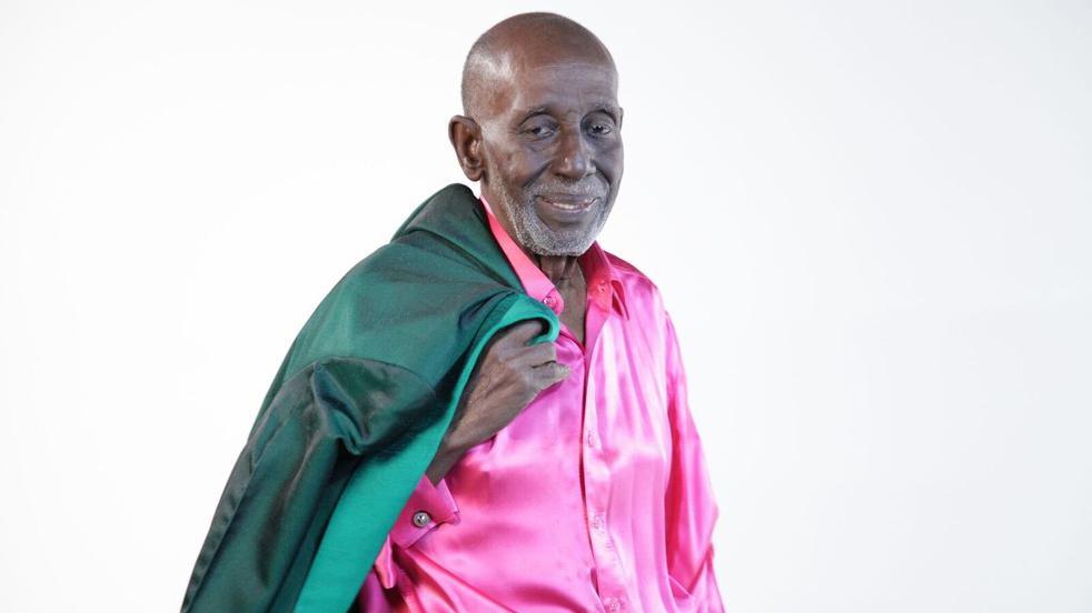 Nelson Sargento de rosa e verde