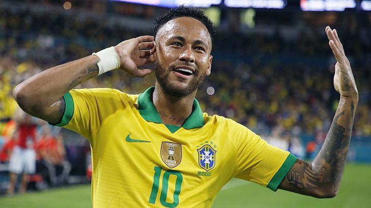 Neymar com a mão na orelha em jogo do Brasil