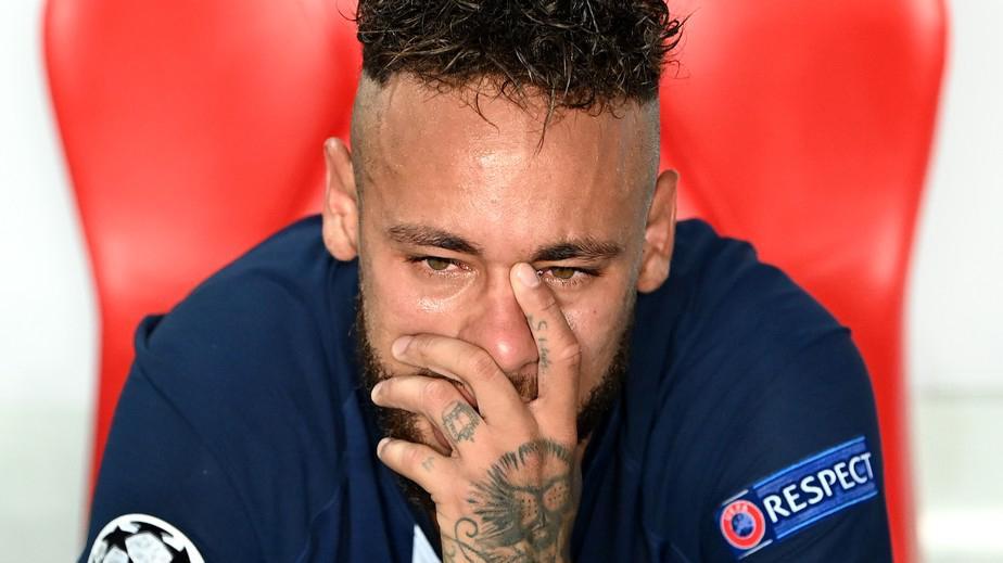 Neymar chorando no banco do PSG