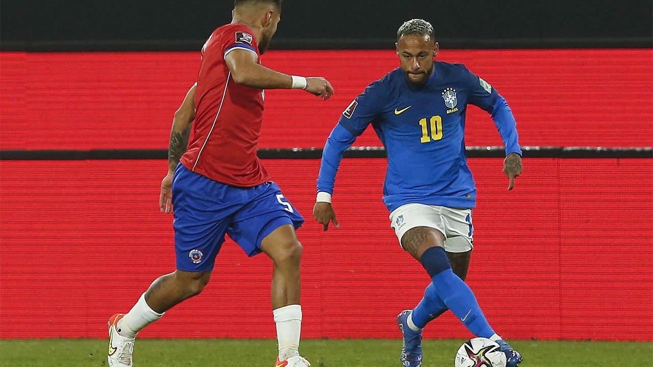 Neymar durante jogo, driblando chutando a bola
