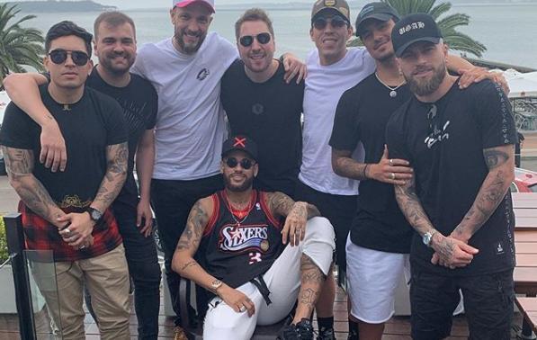 """Neymar volta a Paris depois de tour e festas com os \""""parças\"""""""