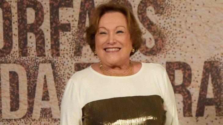 Nicette Bruno sorrindo na divulgação de Órfãos da Terra