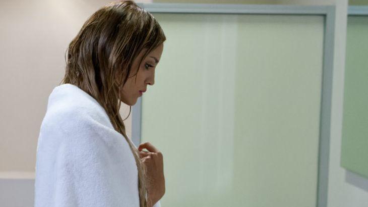 Amores Verdadeiros: Nikki flagra Gusmão aos beijos com outra em balada