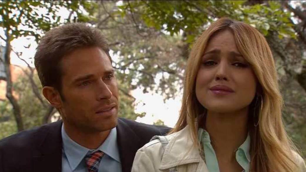 Nikki chorando e Gusmão atrás