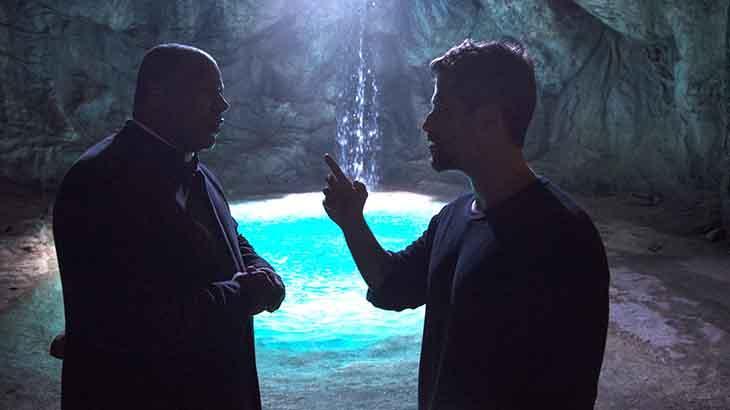 Gabriel e Padre Ramiro na fonte mágica