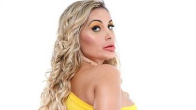 Andressa Urach posando sensual de amarelo