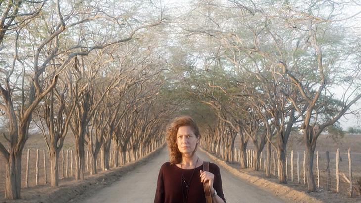 Patrícia Pillar e ao fundo árvores secas