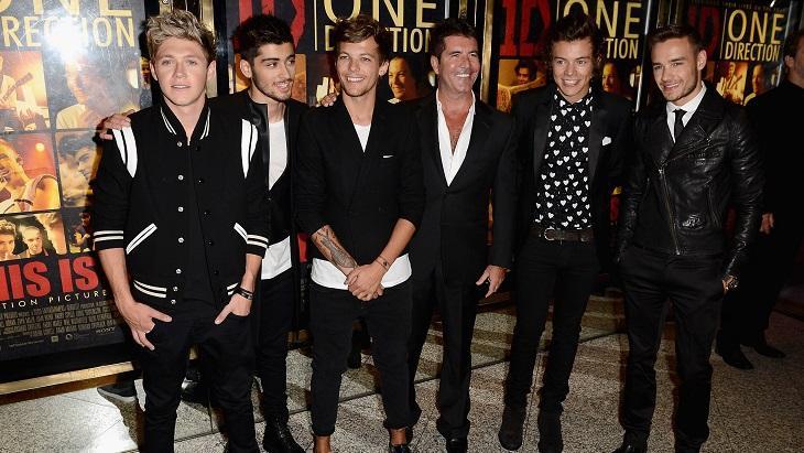 Simon Cowell ao lado dos integrantes do One Direction