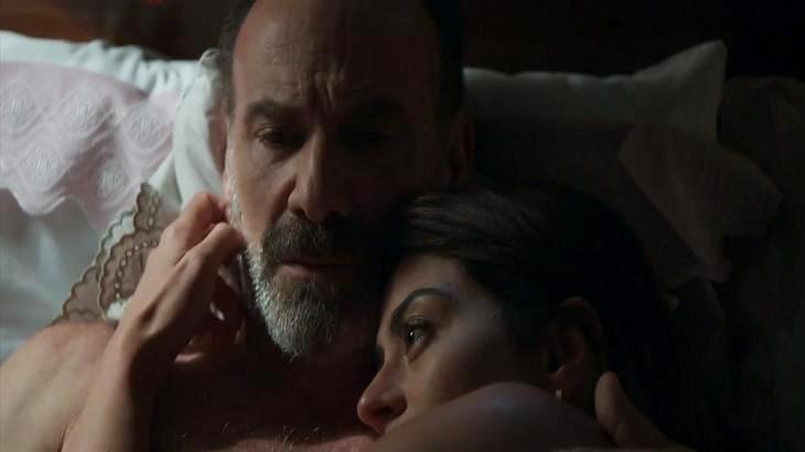 Elias e Helena abraçados na cama