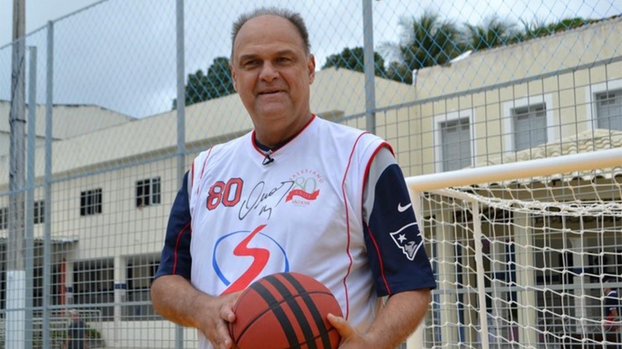 Oscar Schmidt segurando bola de basquete