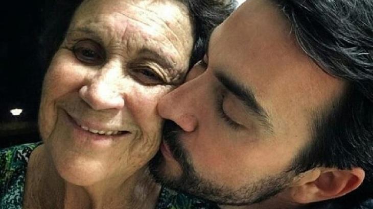 Dona Ana Maria recebe um beijo do filho, Padre Fábio de Melo
