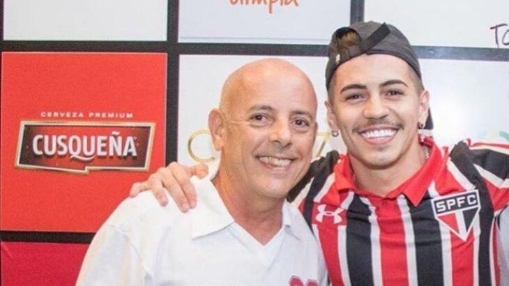 Sergio Capacete e o filho, Biel, posados sorridentes para a foto