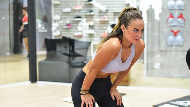 Paolla Oliveira fazendo exercício físico