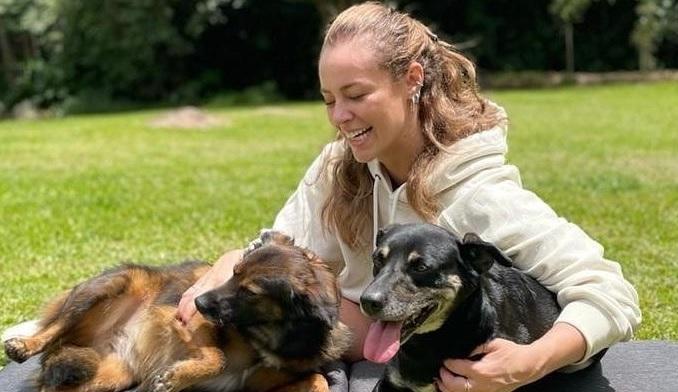 Paolla Oliveira posa com dois cachorros em foto no Instagram