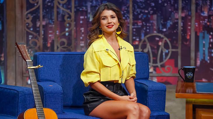 Paula Fernandes sentada no sofá do The Noite