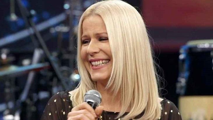 Paula Toller com microfone na mão no Altas Horas