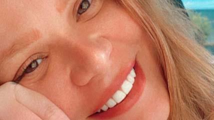 Paulinha Leite sorrindo