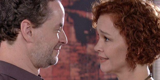 "Fina Estampa: Paulo se declara para  Esther: \""Me perdoa, eu te amo tanto\"""