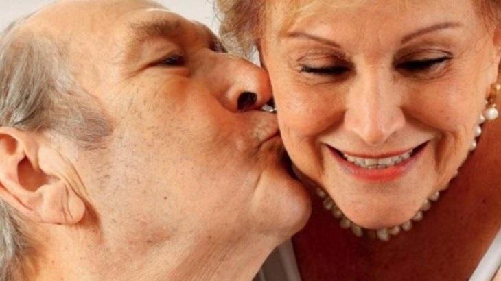 Paulo Goulart beija Nicette Bruno