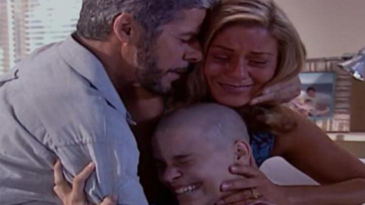 Pedro, Helena e Camila abraçados