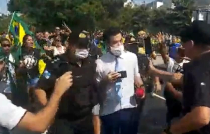 Repórter da CNN Brasil é escoltado por policiais