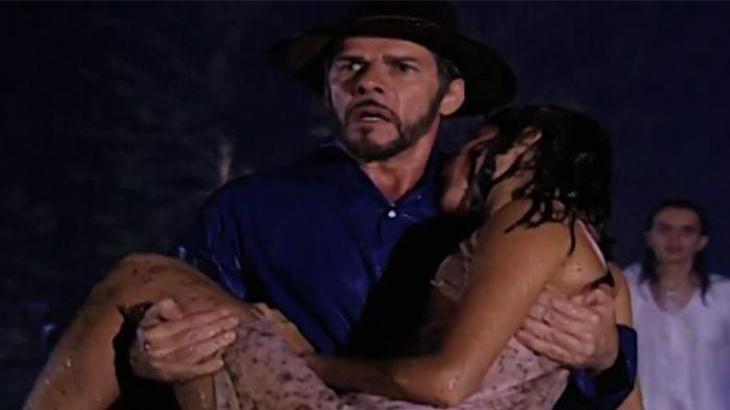 Pedro com olhar assustado e Íris inconsciente em seus braços