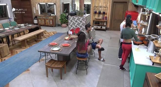 Gabi Prado pediu para Luane lavar os pratos