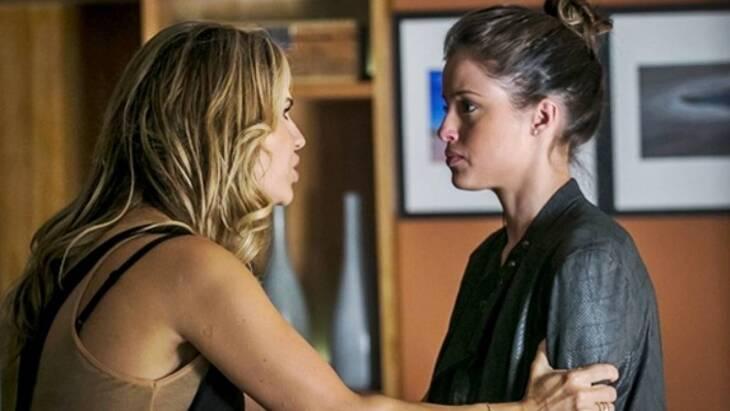 Camila Queiroz exibe roteiro de Verdades Secretas com detalhes da segunda temporada