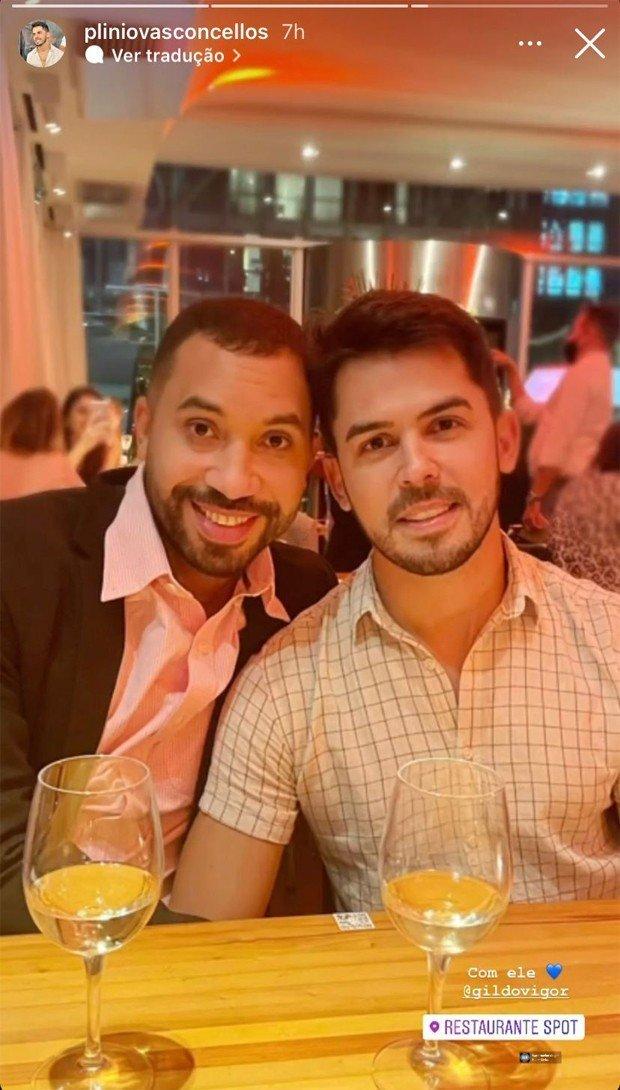 Gil do Vigor abraça namorado em despedida do Brasil e ganha declaração