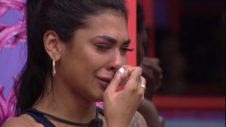 Pocah chorando no quarto colorido do BBB21