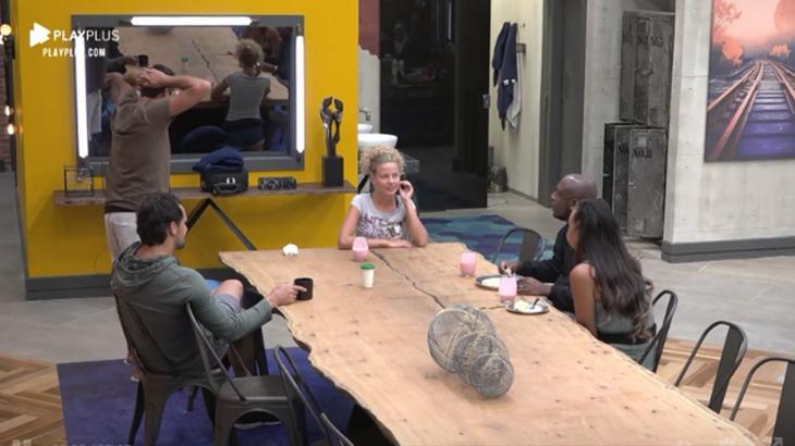Debby Lagranha conversando com os colegas na mesa