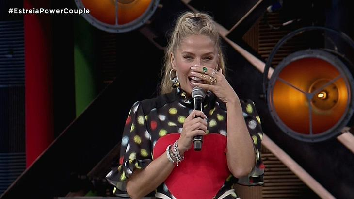 Adriane Galisteu apresentando Power Couple Brasil