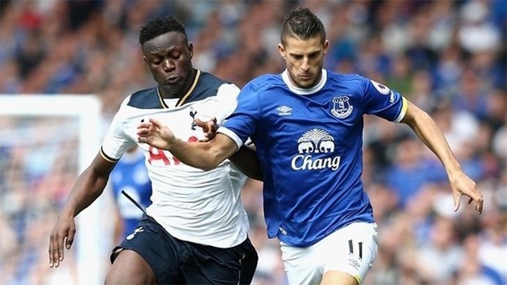 Jogadores de Everton e Tottenham se enfrentando