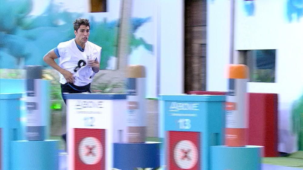 Felipe Prior com o colete 8 pulando na piscina