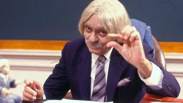 Professor Raimundo fazendo sinal com o dedo em alusão ao salário