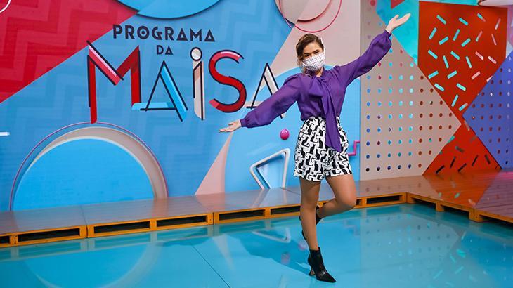 Maisa posa de máscara no cenário de seu programa (Foto: Gabriel Cardoso/SBT)