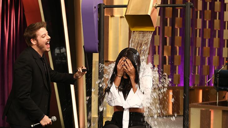 """Monique Amin leva banho de água gelada no \""""Programa do Porchat\"""""""