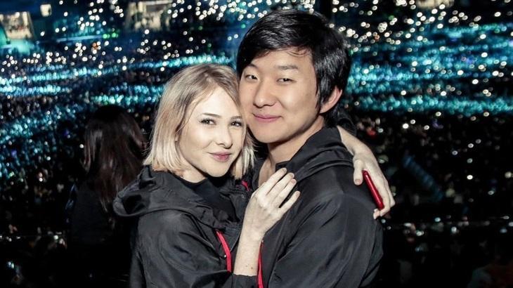 Sammy Lee abraçada ao marido, Pyong Lee