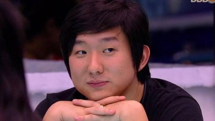 Pyong Lee cruzando os dedos da mão