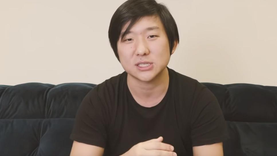 Pyong Lee de camiseta preta explicando as mesmas roupas