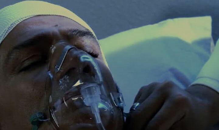 Gonzalo inconsciente na cama de um hospital sendo examinado por um médico