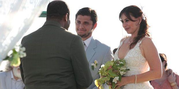 """Flor do Caribe: Mila enquadra Juliano no casamento da mãe: \""""Não aceito devolução\"""""""
