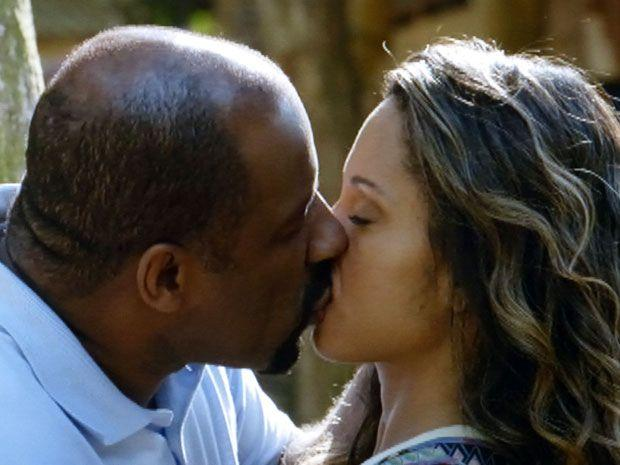 Quirino e Nicole se beijando