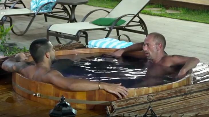 Caique e Rafael Ilha conversando no ofurô