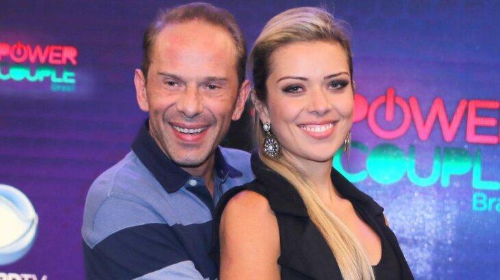Rafael Ilha e mulher posados nos bastidores do Power Couple