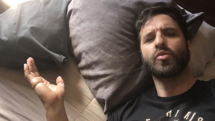 Rafinha Bastos em uma cama