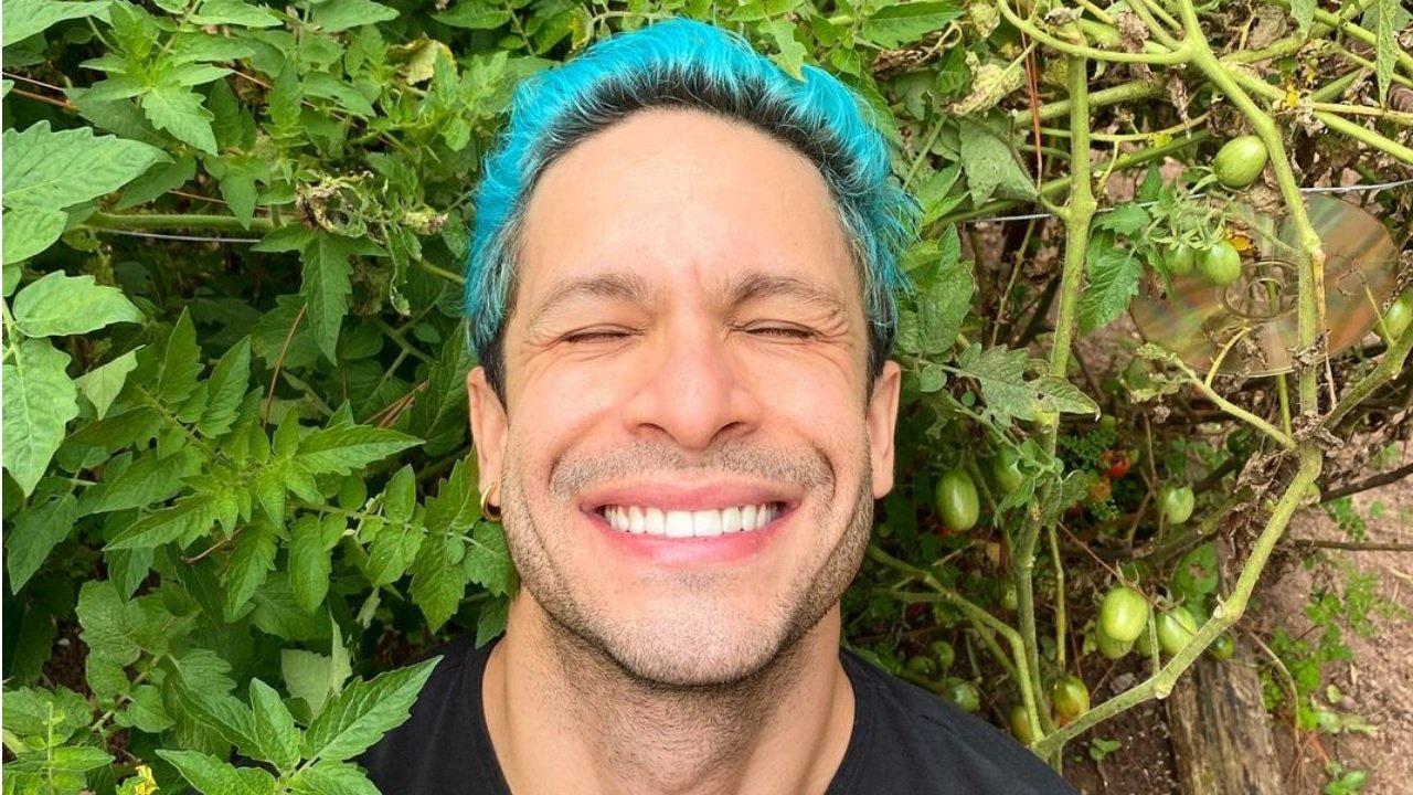 Rainer Cadete posa sorridente para foto no Instagram